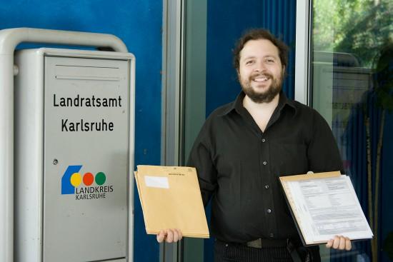 Sven Krohlas vor dem Landratsamt Karlsruhe