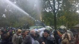 Friedliche Demonstanten werden mit einem Wasserwerfer beschossen