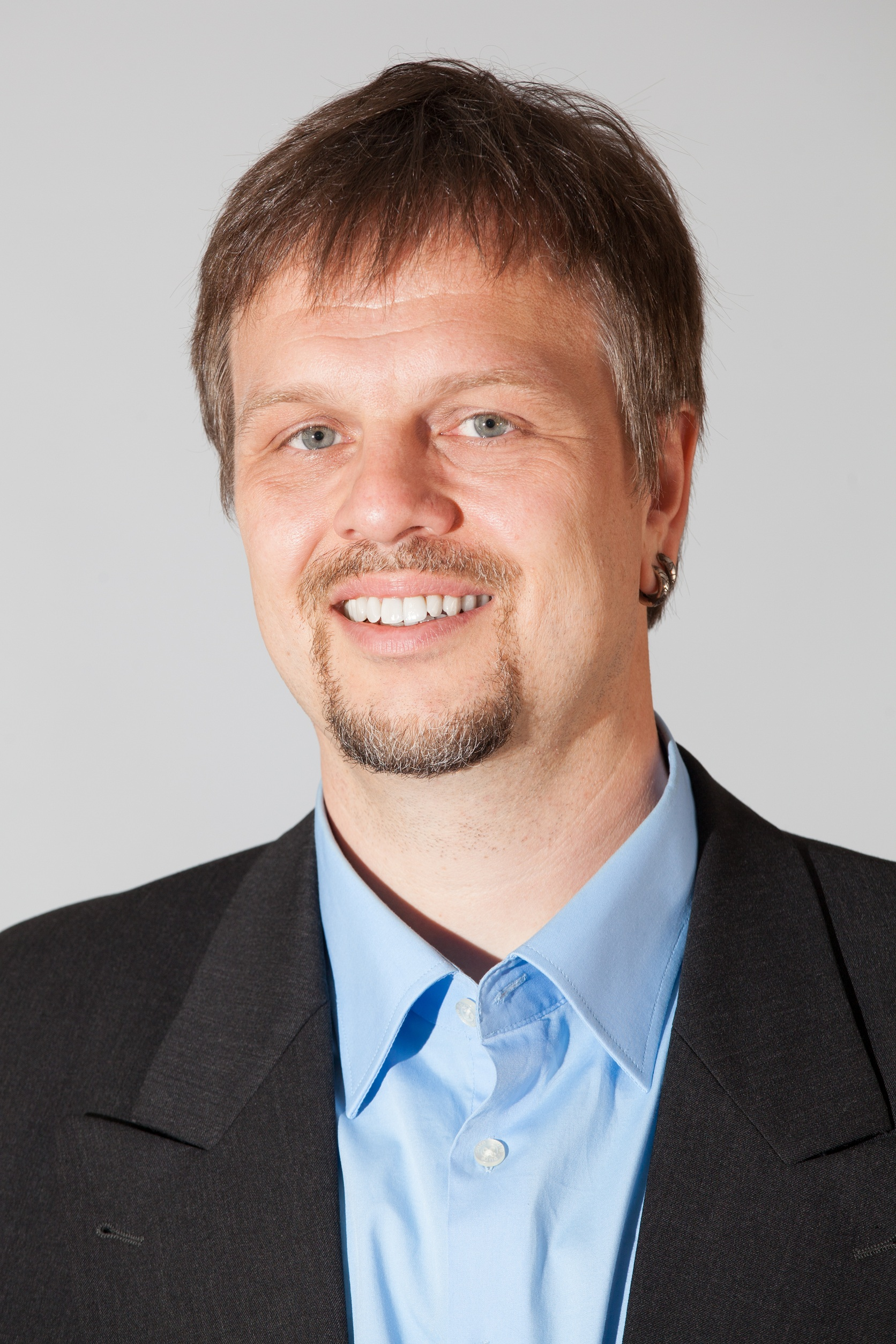 Seine politischen Interessensschwerpunkte sieht Diplom-Übersetzer Christian Alkemper aus Rheinstetten im Bildungsbereich und im Urheberrecht. Besonders am Herzen liegt ihm jedoch die Erneuerung der parlamentarischen Kultur: Er wünscht sich langfristig eine wesentlich stärker sachorientierte Politik ohne Fraktionszwänge. Der 45-jährige kämpft auch um das Direktmandat im Wahlkreis Karlsruhe-Land (272), in dem er stellvertretender Vorsitzender des Kreisverbandes ist. Foto: Tobias M. Eckrich (CC-BY-SA 3.0)