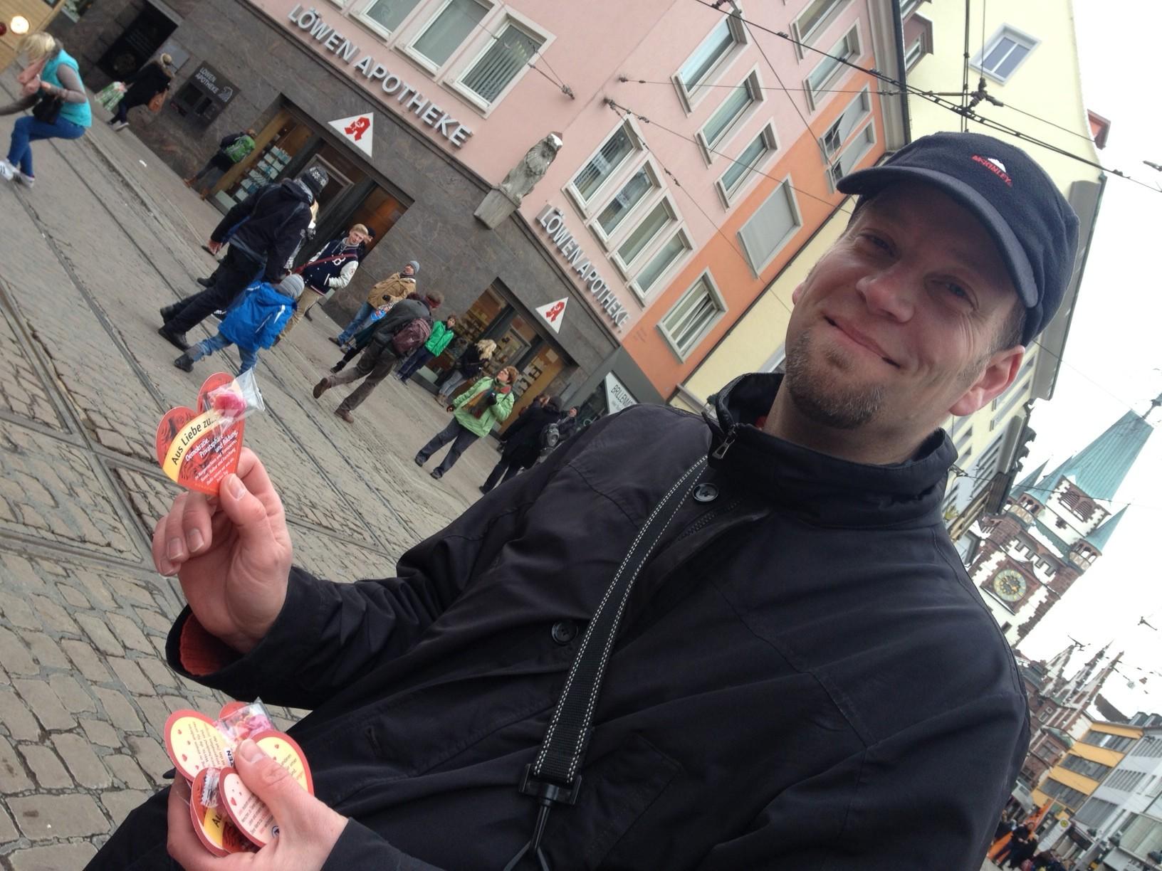 Der Freiburger Direktkandidat und Platz 3 der Landesliste André Martens beim Verteilen der Valentinstagsflyer in der Freiburger Innenstadt. Foto: CC-BY Konstantin Görlich