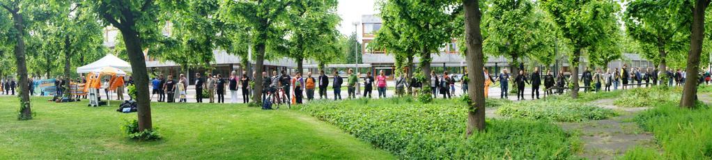 Menschenkette vor dem Bundesverfassungsgericht. Foto: @Mandelbroetchen